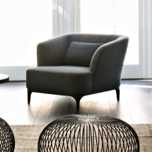 Křeslo Elle_P od značky La Cividina je vhodný jako samostatný doplněk nebo jako součást sestavy s pohovkou. Pohodlné relaxační křeslo v klasickém designu na dřevěných nohách je záruka maximální pohodlnosti.