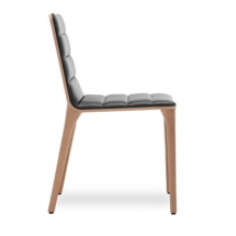 Elegantní židlička je ukázkovou souhrou designu a kvalitní práce. Dřevěná skořepina může být čalouněná nebo s měkkým sedákem a otevřenými zády. Tato druhá varianta dostala ocenění Red Dot Design Award v roce 2013.