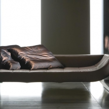 Viceversa je sofá a chaise longue luxusního vzhledu, jež tvarově vychází z klasického empírového chaise longue. Elegantní jemně oblá linie je natolik výrazná, že se u chaise longue opakuje dokonce dvakrát.