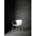 Elegantní pohodlná židle, která je vhodná i pro venkovní užití ve svěží bílé barvě.