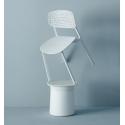 Tato univerzální židle Colander od značky Kristalia je unikátní tím, že se hodí opravdu do každého prostoru. Ať už se jedná o soukromý interiér nebo zahradu, tak je skvělým doplňkem také do restauračních prostor. Stohovatelnost židle šetří prostor a k tom